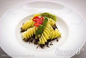 Plato de pasta con salsa pesto