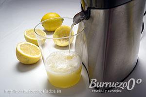 Exprimiendo limones para el zumo.