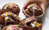 Magdalenas de chocolate rellenas con pepitas fundidas