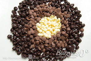 Diferentes variedades de chocolate: puro, blanco y con leche