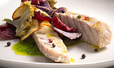 Ventresca de atún en salsa verde con patata, remolacha y alcachofa