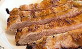 Secreto de cerdo a la brasa con tortilla española y salsa de cerveza y miel