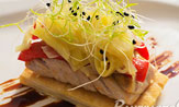 Tosta de hojaldre con ventresca de atún, pimientos de piquillo y encebollao