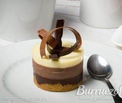 Mini tarta de tres chocolates: puro, con leche y blanco, de Burruezo congelados.