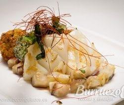 Sepia a la plancha con berenjena, esparrago y falafel, de Burruezo congelados.