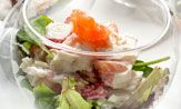 Ensalada de merluza, salmón y gambas